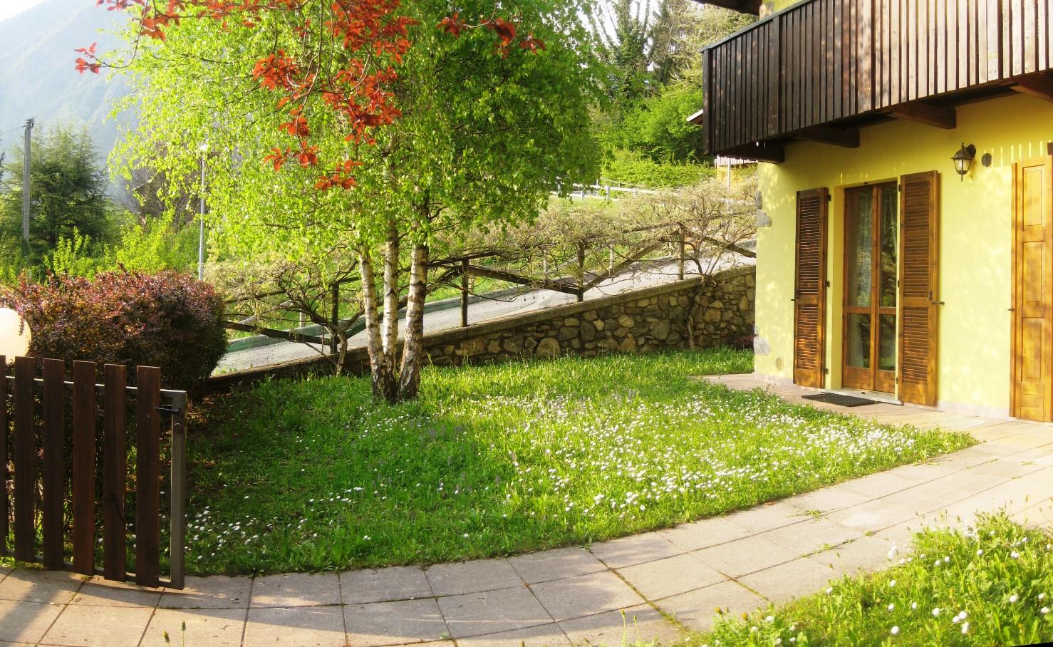 Roncobello villino al piano terra con giardino nicoletta betti case - Case piano terra con giardino ...